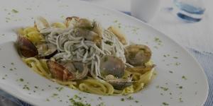 Receta de espaguetis con gulas y almejas